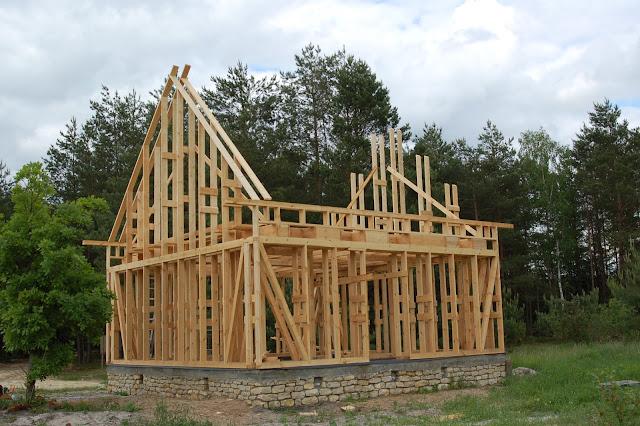 Dom-drewniany-w-czasie-budowania