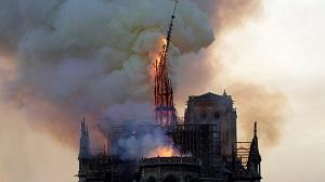 NOTRE-DAME-DE-PARIS EN FLAMMES