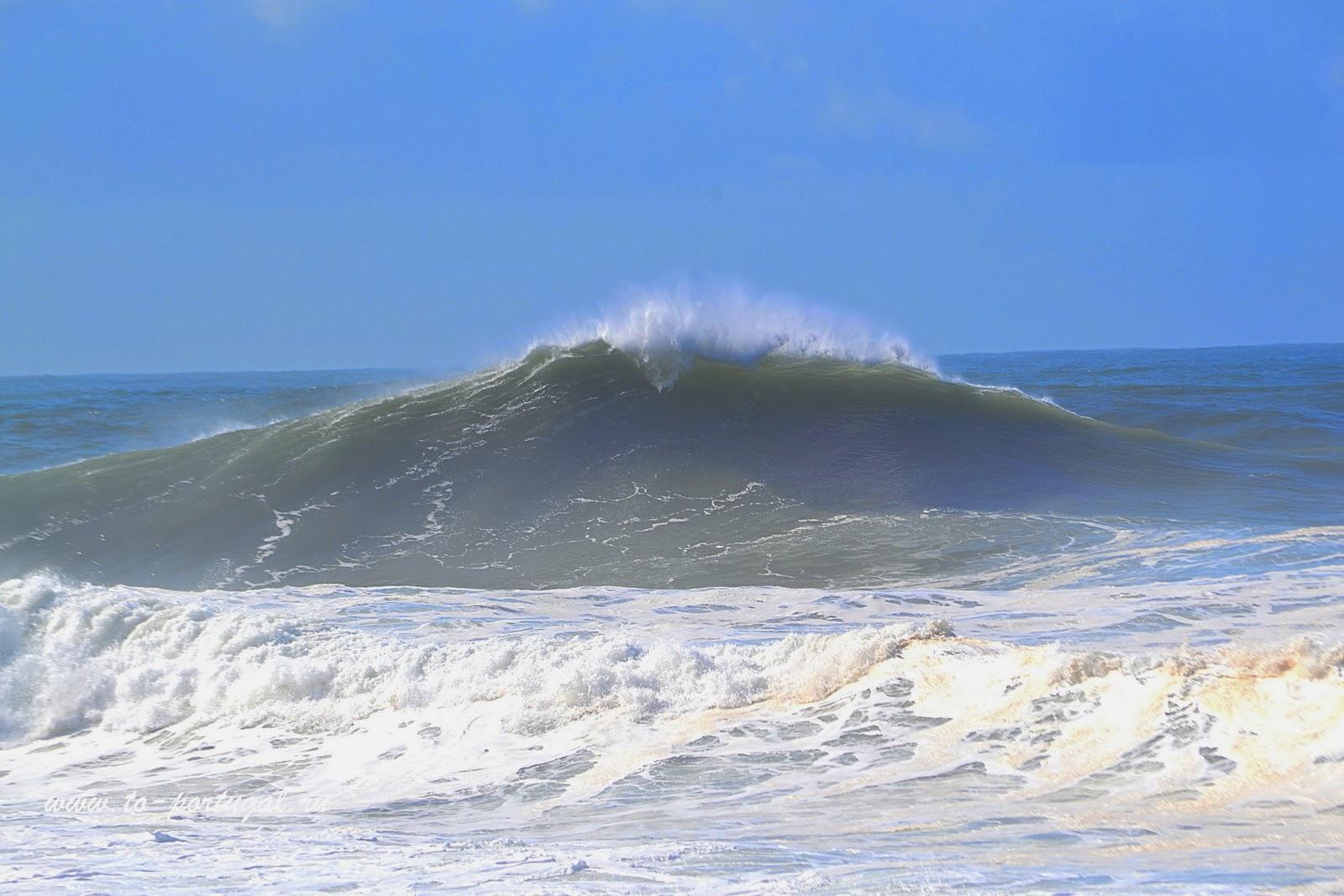 большие волны в Португалии