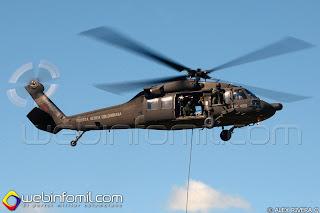 Helicóptero UH-60L Black Hawk de la Fuerza Aérea Colombiana en un simulacro de recuperación de personal.