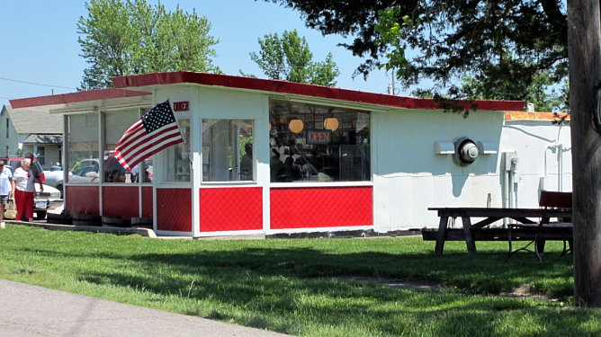 Des loines dinky diner in decatur city iowa for Classic builders iowa