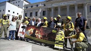 Apagar incendios y jugarse la vida por mil euros