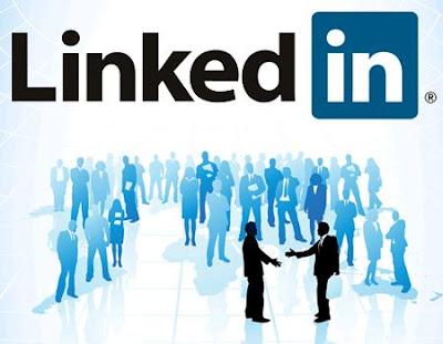 El día de hoy se ha actualizado la aplicación de LinkdIn para los dispositivos BlackBerry más antiguos. Está actualización fue lanzada hace unos momentos y apuesto que está actualización será muy importante para las personas que están usando activamente las posibilidades de la red social. El primer cambio más importante consiste en la integración con BlackBerry Messenger (BBM). A partir de ahora, puedes ponerte al día de forma automática con el estado de BBM para enviar una nueva entrada a tus contactos a LinkedIn. Otra nueva característica es el seguimiento no sólo de los usuarios individuales, También de las empresas