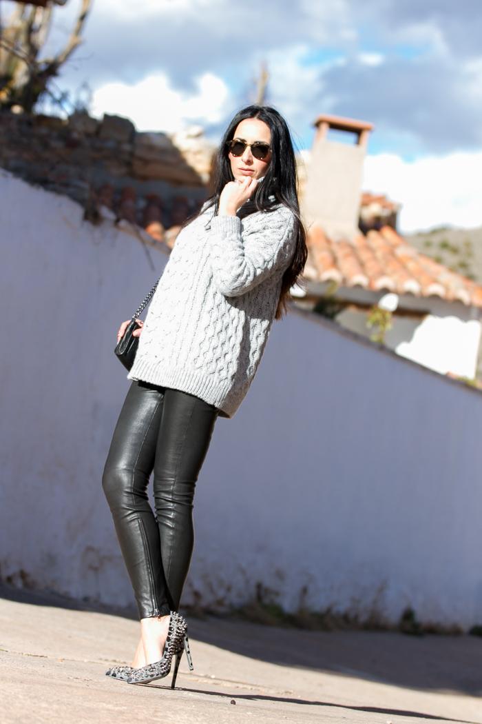 Blogger adicta a los zapatos con pumps de pelo estampado leopardo y pinchos de Kandee