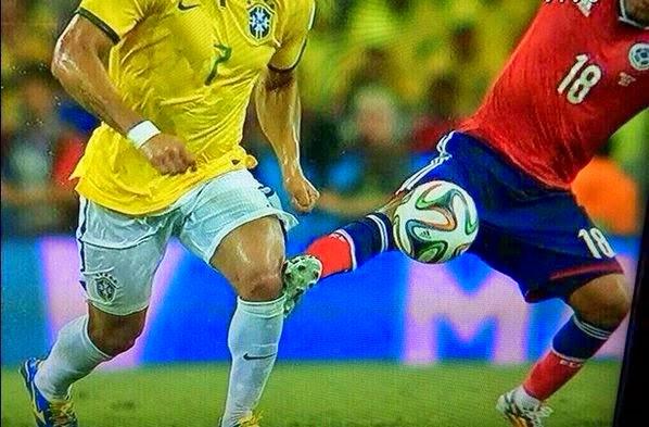 Zuniga+atacando+Hulk+Copa+2014+2.jpg