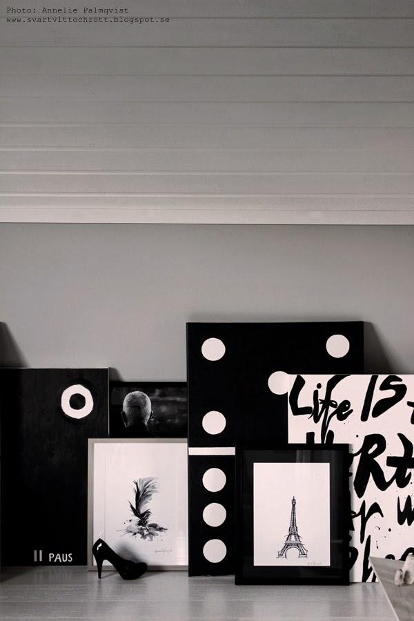 tavelvägg, svartvita tavlor, tavla, tavlorna, canvas, diamant, diamanter, snedvägg, snedväggen, snedväggar, sned vägg, väggar, väggen, grått, svart och vitt, svartvita, fjäder, print, prints, konsttryck, färgprov, alcro,
