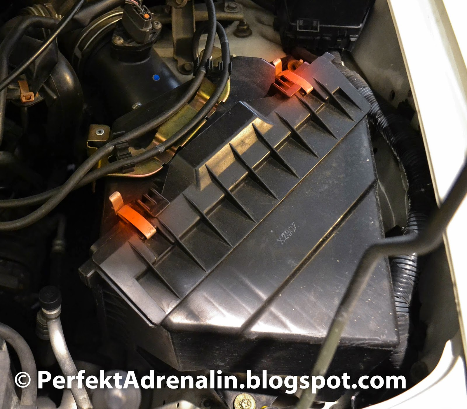 Perfektadrenalin diy infiniti qx4 pathfinder air filter 2001 2003 locate the clips and pop them open pull the tray holding the air filter out clips are highlighted in red vanachro Gallery
