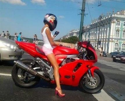 La Sexy motociclista che gira in abiti succinti e fa impazzire il web (Foto)