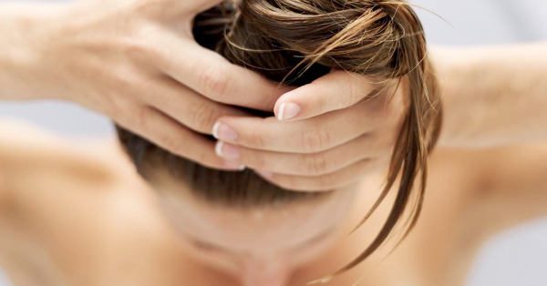 La máscara para los cabellos con el aceite del nuez de coco y la jojoba