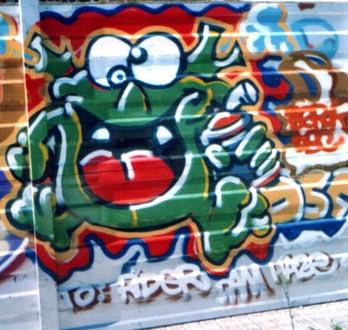 Graffiti sobre valla metálica