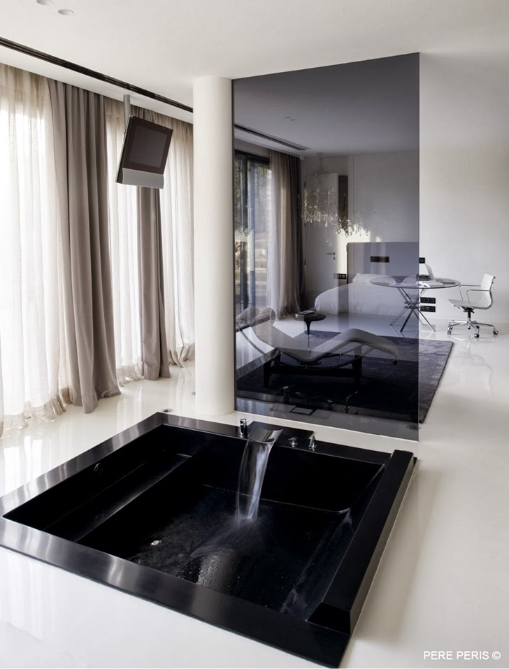Black bathtub in Window House by LADAA in Valencia
