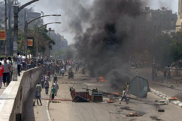 صور تُنشر لأول مرة لأحداث ميدان الجيزة ونفق الهرم أثناء مذبحة الفض 1463547_10202477314794593_1028958279_n