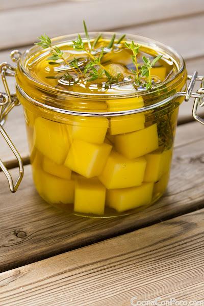 Queso en aceite con romero - Receta casera paso a paso