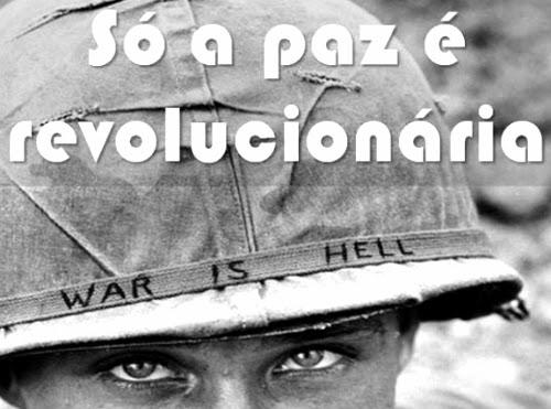 """Soldado com a inscrição """"guerra é inferno"""" no capacete. Da série """"só a paz é revolucionária"""", publicada por Augusto de Franco no Facebook."""
