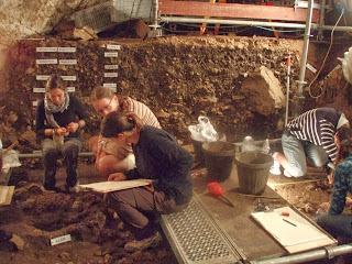 http://domusapientiae.wordpress.com/2010/07/25/excavacion-en-la-cueva-de-can-sadurni/