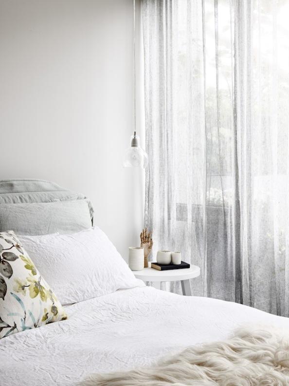 dormitorio decorada en colores grises empolvados y blancos rotos