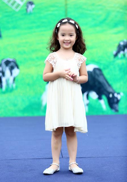 """Con gái Hồng Đăng trở thành tâm điểm chú ý với vẻ đẹp cực kỳ dễ thương như một """" thiên thần""""."""