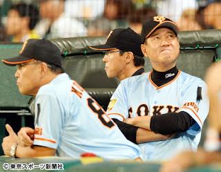 ベンチで戦況を見守る原監督(右)と村田コーチ(左)