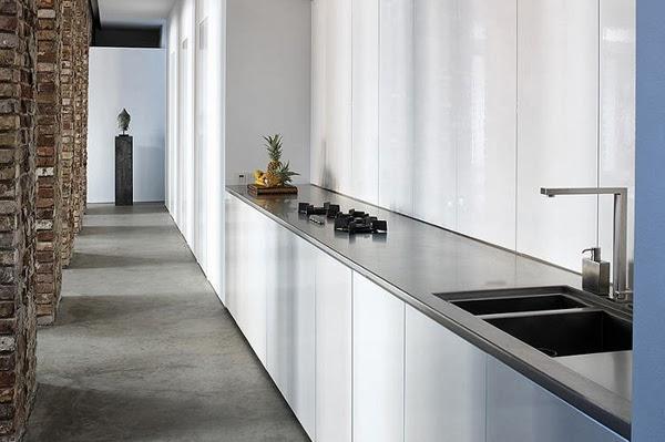 Długa kuchnia z białymi nowoczesnymi meblami kuchennymi lakierowanymi na wysoki połysk