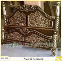 Tempat tidur ukiran kayu jati Mawar Kuncung Kombinasi Emas