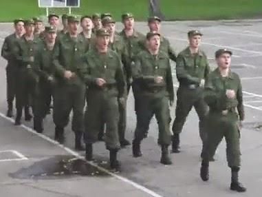 soldados-cantores-desfilando