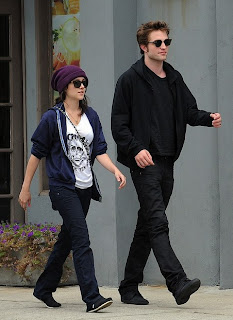 Shannon Woodward and Robert Pattinson, just hanging