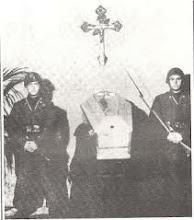 due militi della repubblica sociale Italiana vegliano il corpo di un camerata