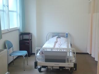 写真:これが窓側のベッド。やはり窓があると明るい。