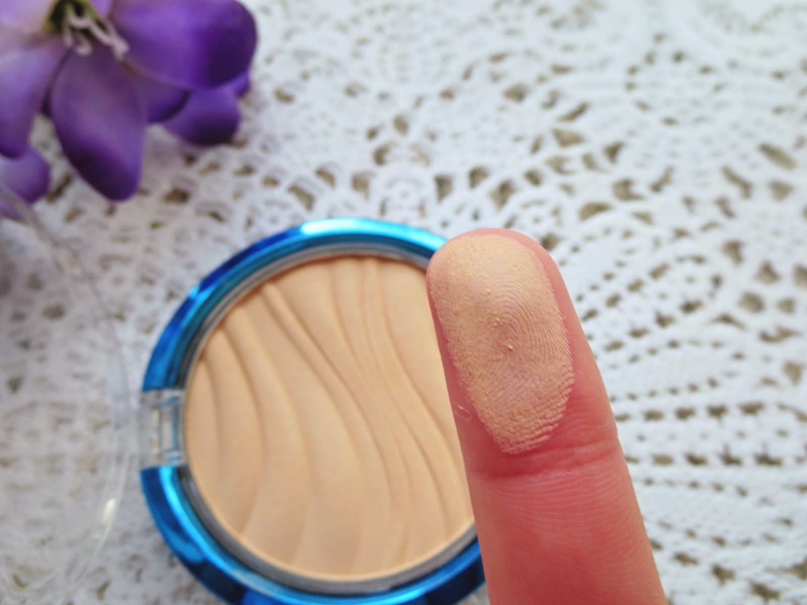 a picture of Physician's Formula Air Brushing Pressed Powder SPF 30 in Translucent (swatch)