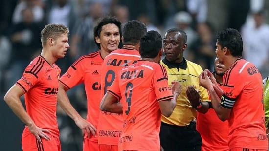 Luiz Flávio de Oliveira marcou pênalti polêmico para o Corinthians no duelo contra o Sport