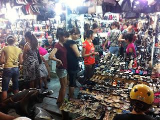 Filles vietnamiennes sur le marché vietnamien