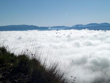 La zona de les Guilleries i els Cingles de Tavertet, i surant en el mar de boires un globus aerostàtic