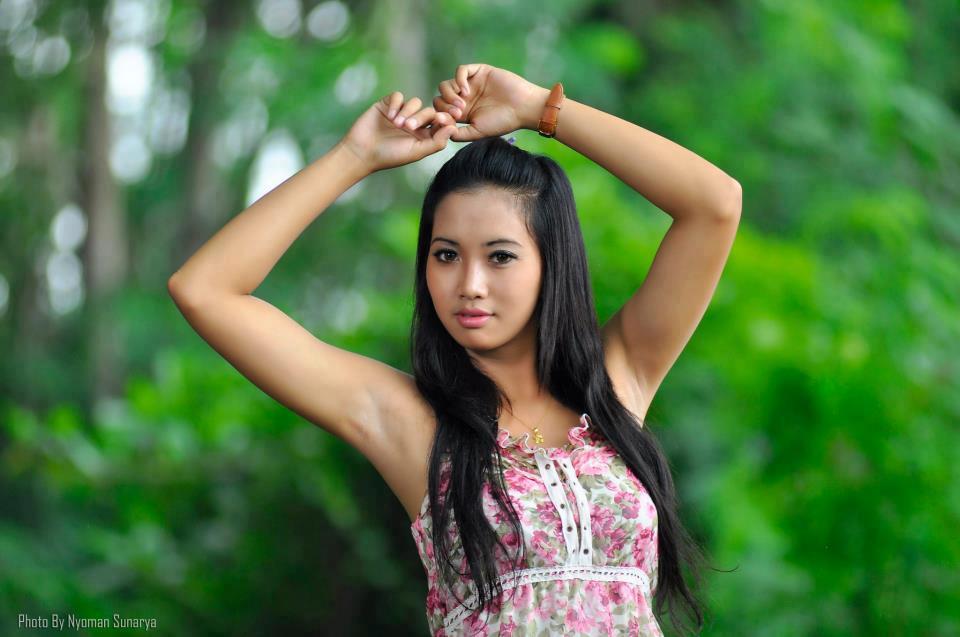 Wanita cantik ini pamerkan ketiak di berbagai media seperti fb, tweter, majalah karena dia artis.