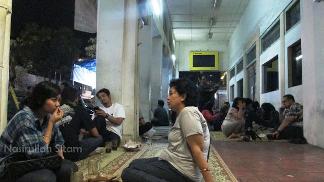 Para pengunjung duduk lesehan