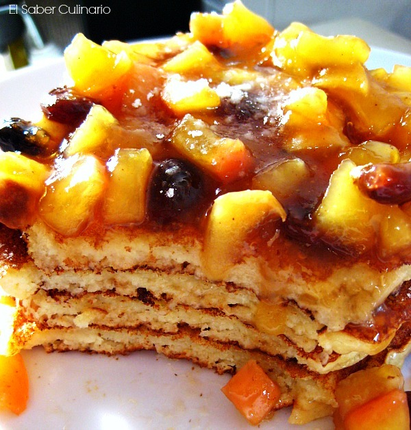 Tortitas americanas o pancakes de ricotta con compota de manzana y pasas