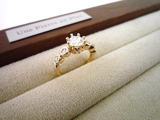 オーダーした婚約指輪(エンゲージリング)にはこだわりのデザインを。王冠が希望。