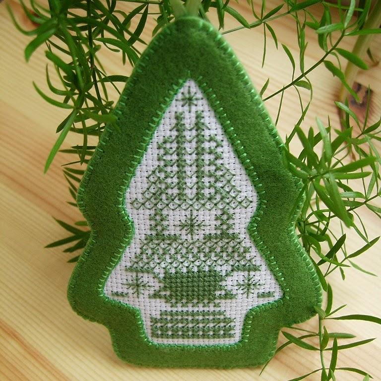 Рождественская елочка-подвеска из фетра с вышивкой