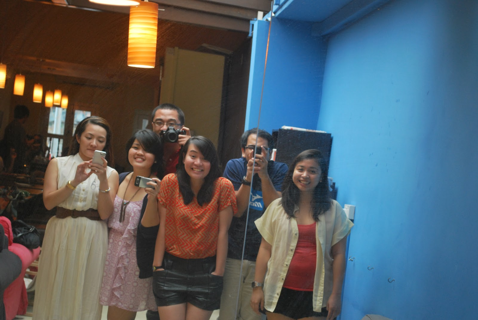 The closest I'll be to camwhoring: with other people, in a mirror. From left: Nadia, Mae, me, Marielle, Kevin (Marielle's cousin who also works in Singapore) and Chamy.