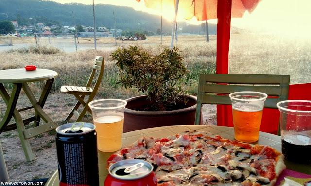 Pizza vespertina al lado del mar