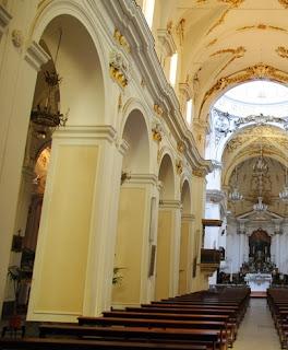 Navata spazio ad arco costituito da colonne e pilastri, di una chiesa basilica o altro edificio di grandi dimensioni