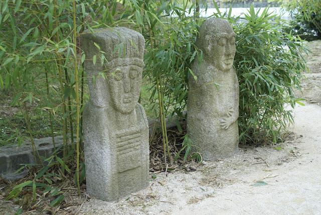 bordure de sculptures en pierre