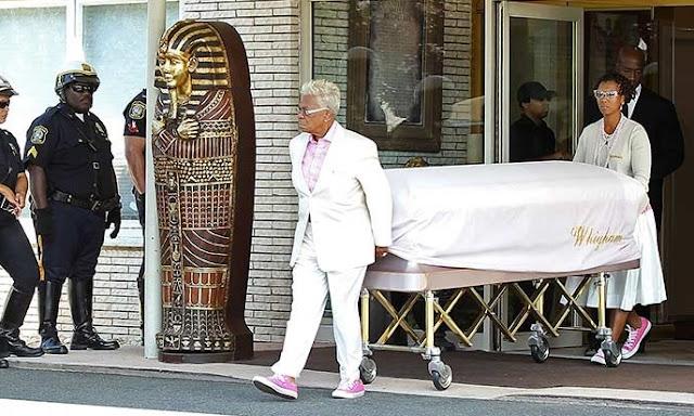Foto de Bobbi Kristina no caixão é vendida por 100 mil dólares
