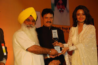 S Sewa Singh  Sekhnwan awarding Surveen Chawla (Actress)