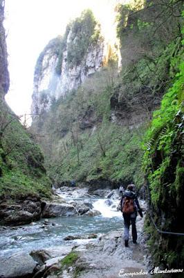 Camino resbaladizo junto al río e las Gorges de Kakouetta.