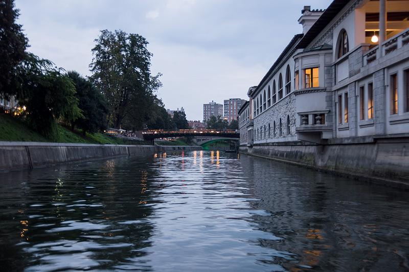 Ljubljana iz rečnega korita Plečnikove arkade full