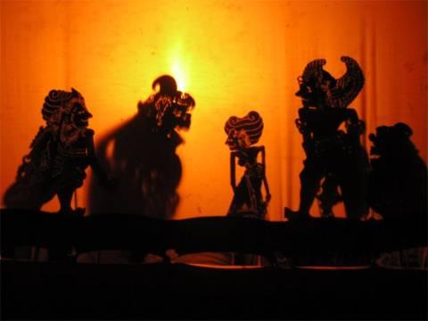wayang kulit merupakan sejenis hiburan pementasan bayang yang terhasil