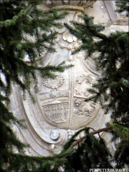 Герб Клейнмихель на стене дачи графини