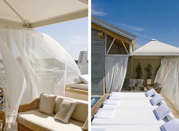 vista de salón exterior con cortinas blancas y tumbonas