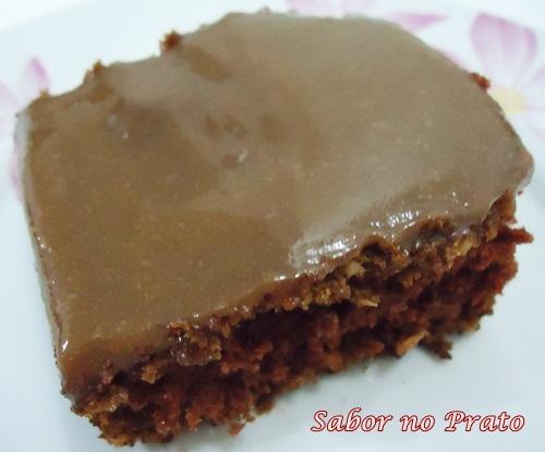Bolo de Chocolate muito fácil de fazer e com uma cobertura deliciosa.