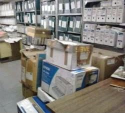 Cajas apiladas en el archivo de la Audiencia de Ourense. // FdV